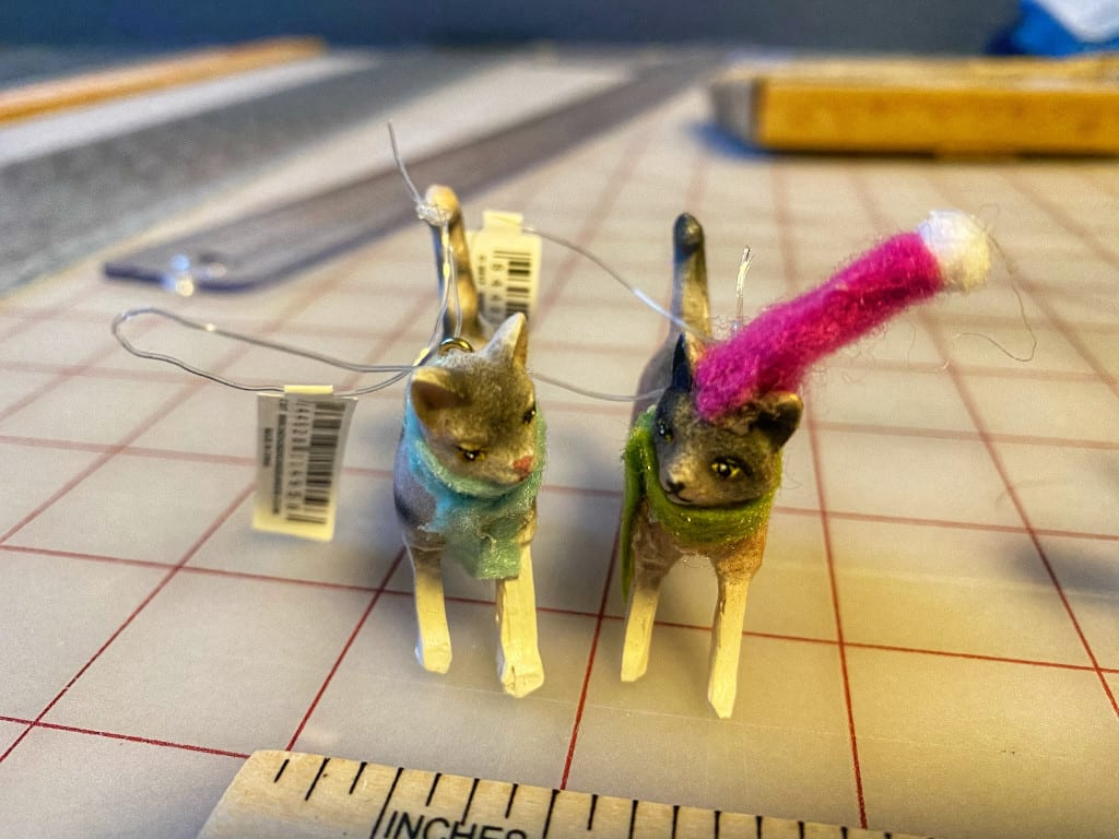 Ceramic Cat w/Sweater Ornaments (GREEN)